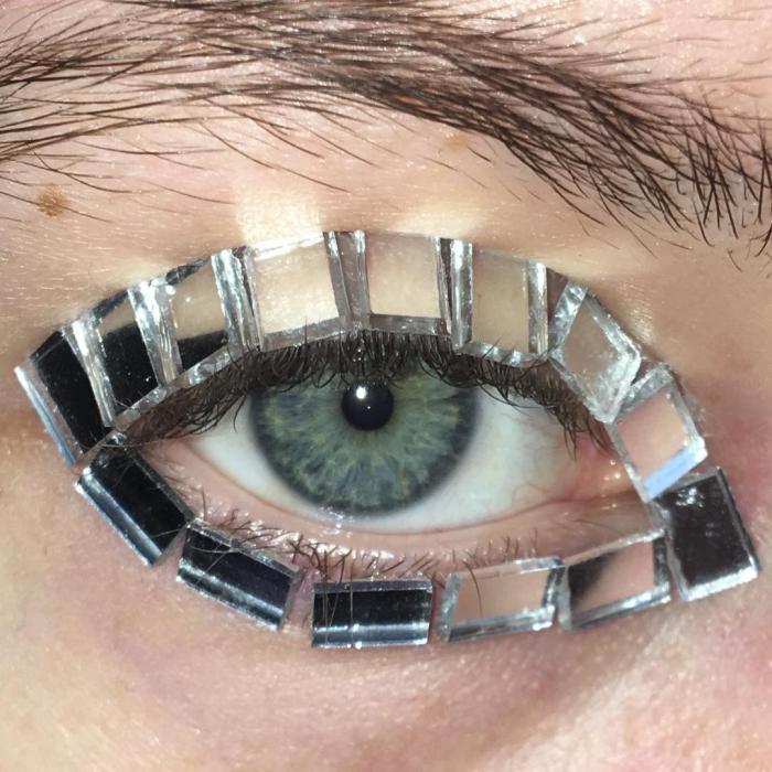 Новая популярная тенденция в макияже — кудрявые ресницы
