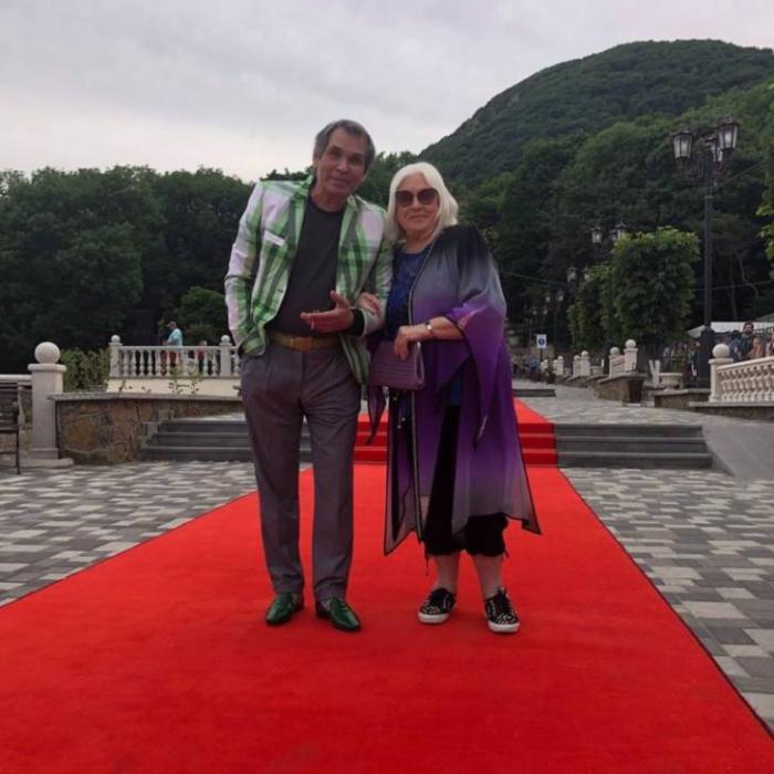 Бари Алибасов после выписки из больницы отправляется на курорт в личном самолете вместе с супругой и котом