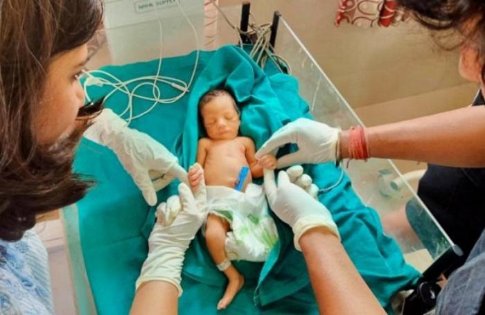 Интернет помог семейной паре спасти брошенную новорожденную крошку