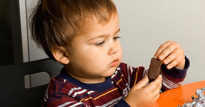 Мама покупает сладости только младшему. А старший – «большой», он перебьётся…