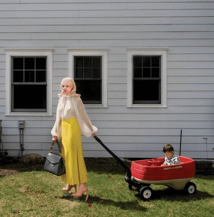 Семья выглядит так необычно, что соседи прячут от них своих детей