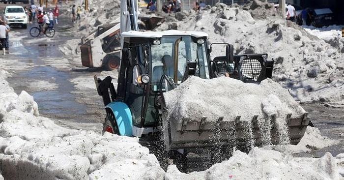 Гвадалахару накрыло 2-метровым слоем льда после 30°C жары
