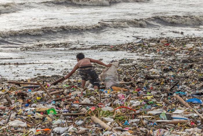 Эта женщина разработала машину, которая может избавить море от пластика