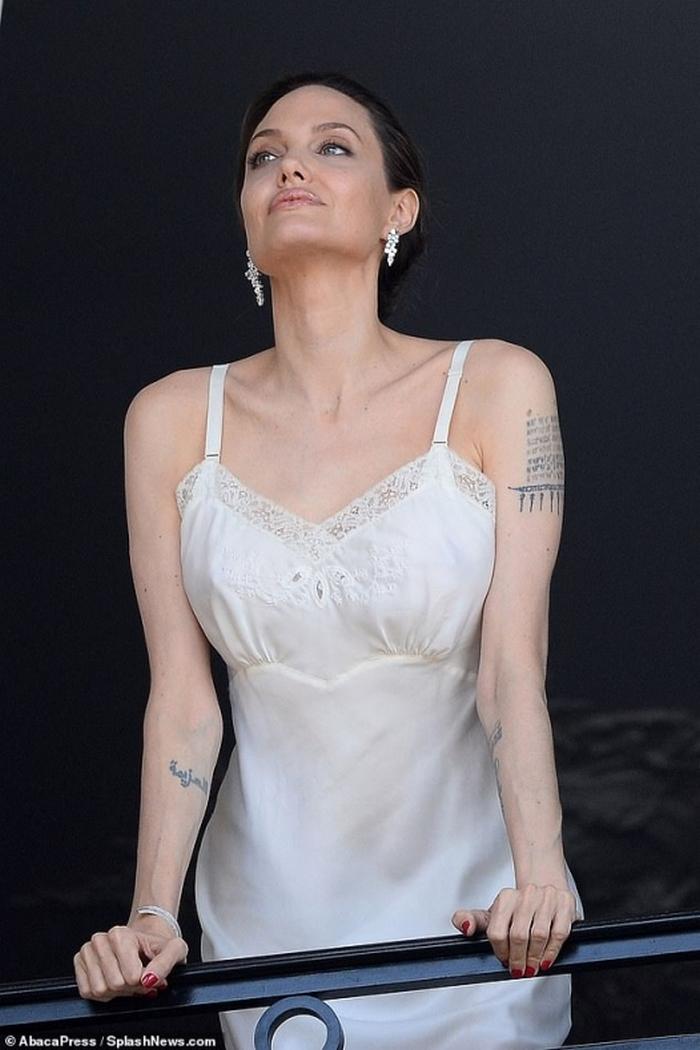 Флиртует с папарацци: Джоли в откровенном наряде позировала в Париже