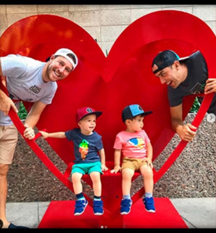 Два американца создали счастливую семью и попросили сестру родить им детей