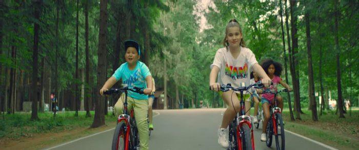 Дочь Алсу снова в центре внимания: дебютный клип Микеллы с Ержаном Максимом разделил публику на два лагеря
