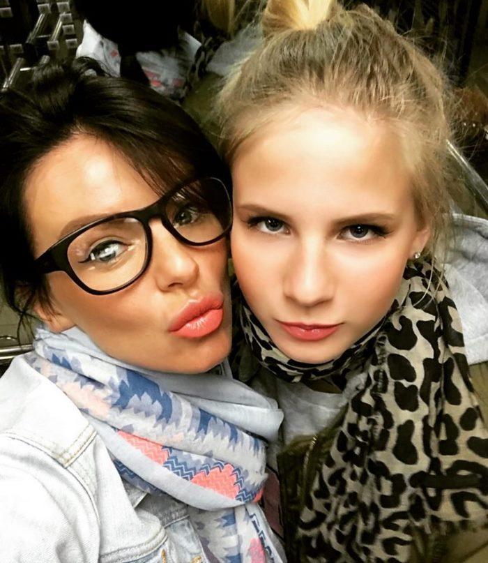 Экс-«татушка» Юлия Волкова со своей 14-летней дочерью уже выглядят на один возраст