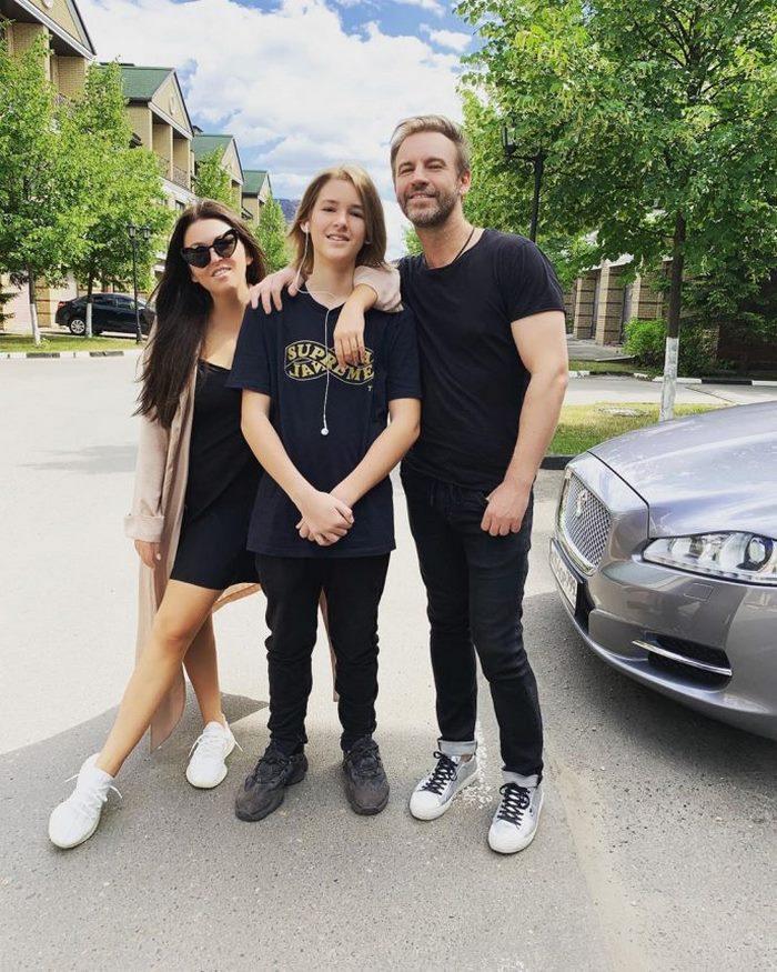Ирина Дубцова поделилась редким фото сына. 13-летний Артем стал настоящим красавцем