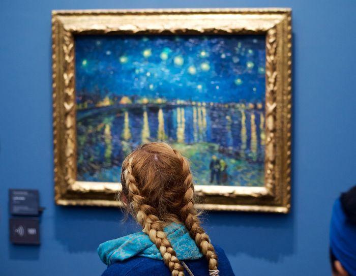 Фотограф часами ждал нужных посетителей музеев. За несколько лет он создал уникальную подборку фото