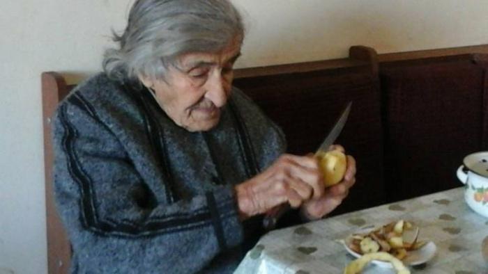 Бабка наотрез отказалась переехать в дом престарелых, не смотря на нашу жизненную ситуацию.