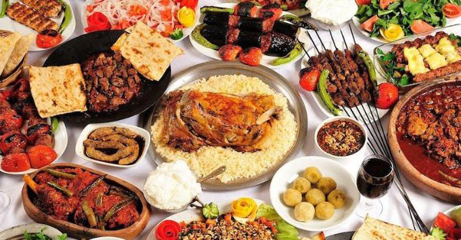 В Турции призвали туристов съедать все, что они взяли и положили себе на тарелку