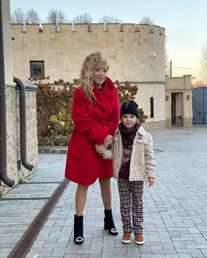 Пугачева добавила в прическу новые волосы и стала копией Кристины Орбакайте. Поразительное сходство.