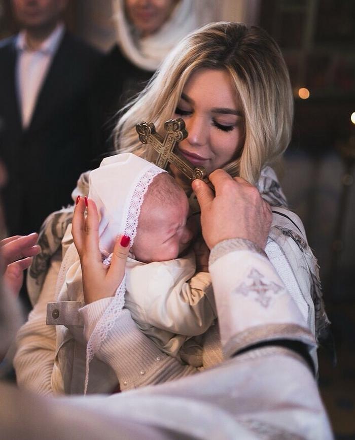 Избранница олигарха Саркисова в бешенстве от нянь, позволяющих себе трогать ее маленького сына