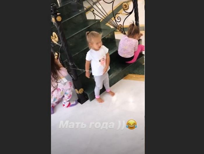 «Мать года»: Оксана Самойлова привязывает дочек скотчем к лестнице
