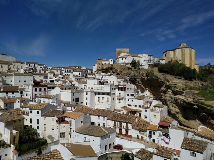 Как выглядит изумительный город, где люди живут под многотонной горой