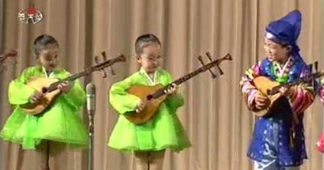 Выступление северокорейских детишек. Какая дисциплинированная работа