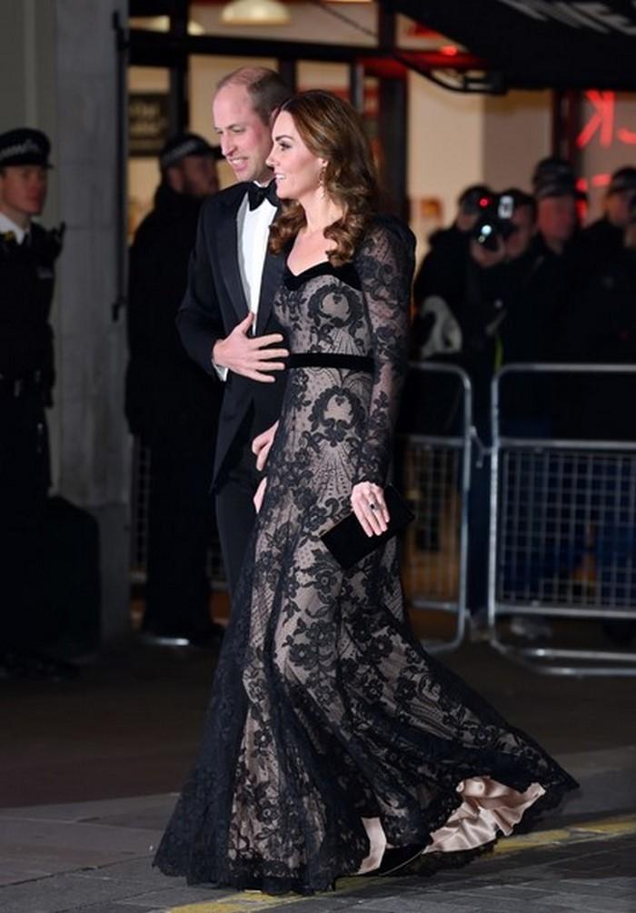 Британцы в бешеном восторге: Кейт Миддлтон появилась на благотворительном спектакле в прозрачном платье