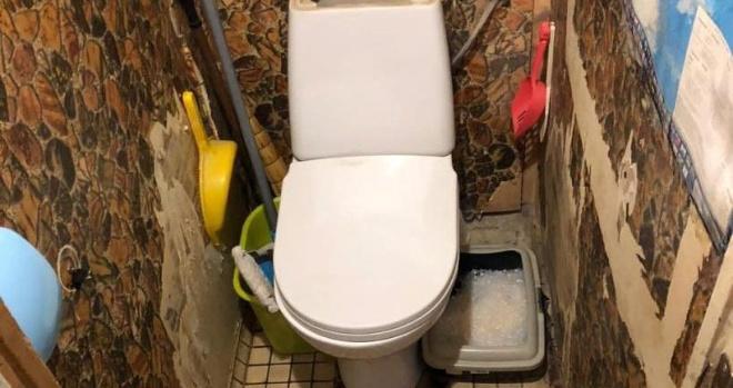 Санузел одной семьи был очень тесным, и они решили объединить его с ванной