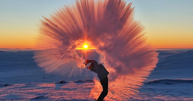 Вот что будет, если вылить горячий чай при -40 °С у Полярного круга на закате