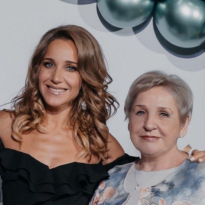 Знаменитые женщины со своими мамами, которые больше похожи на подруг