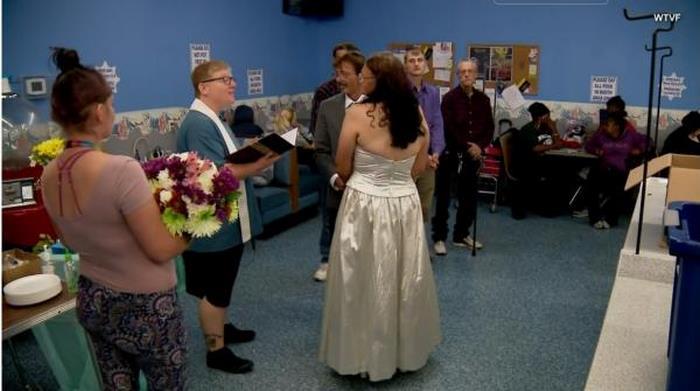 Бездомные жених и невеста сыграли свадьбу в прачечной, и эта церемония покорила гостей