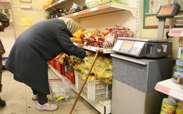 Старушка стояла возле прилавка с овощами и что-то бормотала, я решил вмешаться