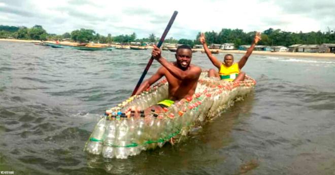 Мужик в Африке строит лодки для односельчан из пластиковых бутылок