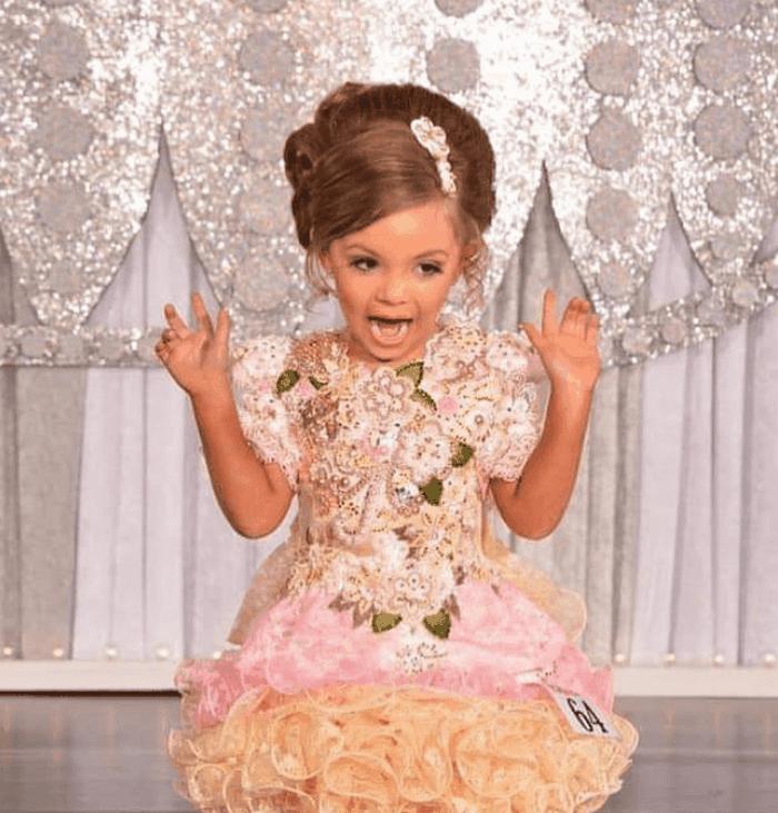 Как родители отправляют своих детей на конкурсы красоты? Вся Сеть обсуждает эти снимки