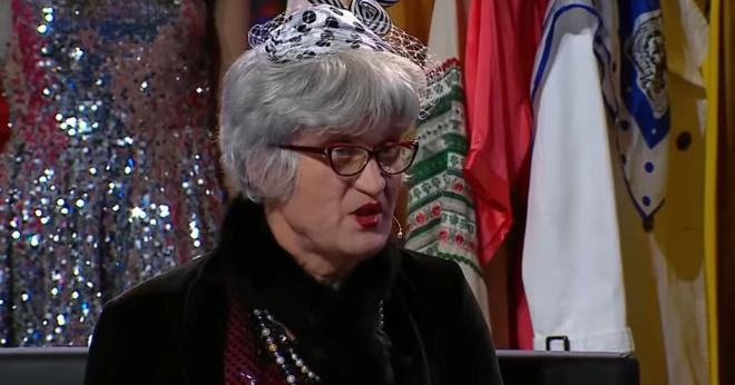 Бабуля выбирает себе платье для важного случая, хохочет весь зал